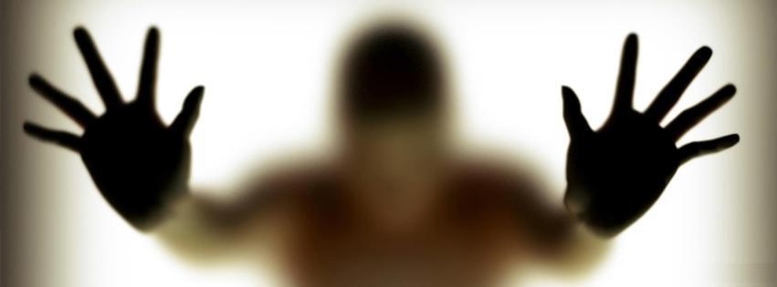 silhouette, homme derriere une vitre, mains, peur, enferme, isolement, solitude, tristesse, couverture facebook, facebook cover